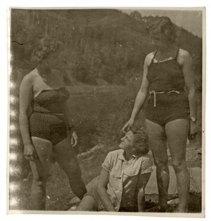 mujer bañandose: tres niñas en vacaciones de verano en traje de baño - alrededor de 1945