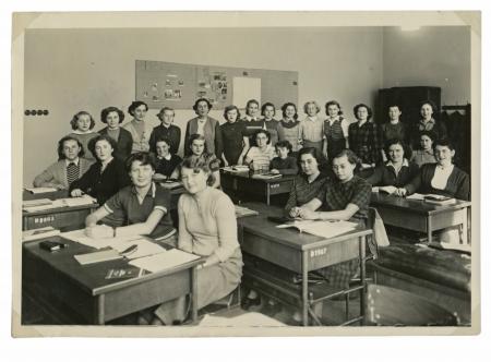 třída: spolužáci ve škole dívky - circa 1945 Reklamní fotografie