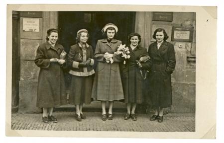 CIRCA 1949 - junge Frauen vor der alten Gebäude Standard-Bild - 24450869