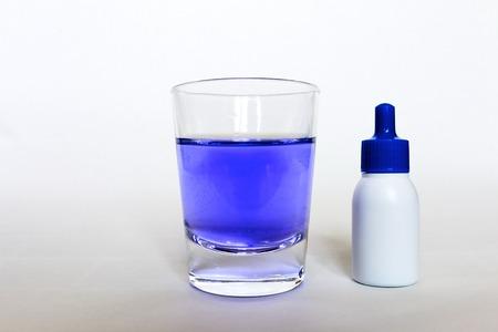 うがい薬とカップ