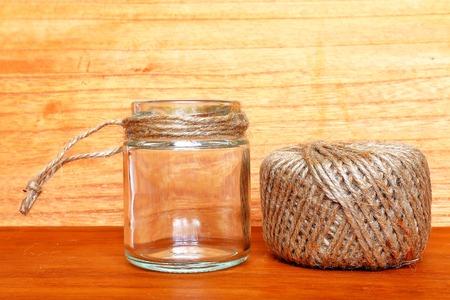 hanf: Hanfschnur und Glasflasche.