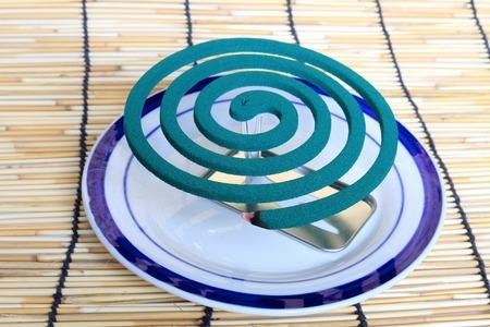 bobina: Espiral para mosquitos. Repeler mosquitos en los componentes en el humo. Foto de archivo