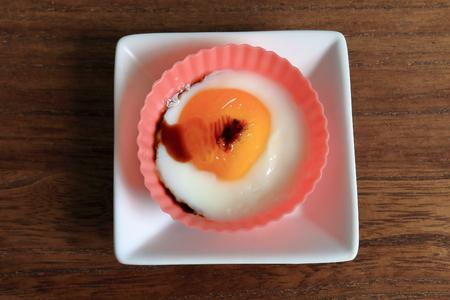 silicio: Huevo frito. Los huevos se colocaron en una copa de silicio cocinado en un horno de microondas.