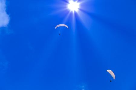 パラグライダーと太陽の合成。