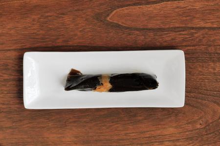 alga marina: salmón envuelto en algas.