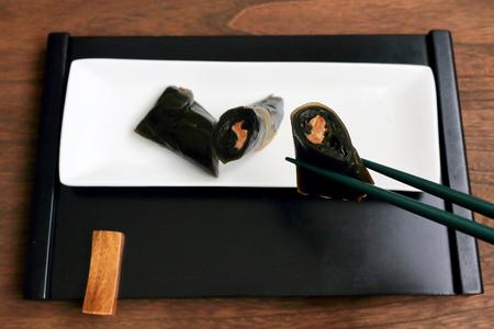 alga marina: Rolled salmon in kelp.