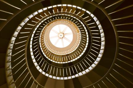 bajando escaleras: Escalera de caracol