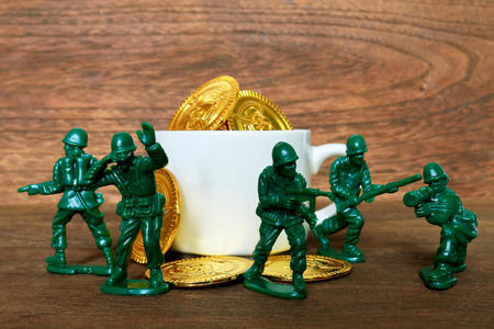 infantry: Toy gold coins and soldier. Mass production of 100 yen shop.