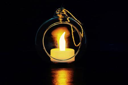 丸いガラス容器と照明
