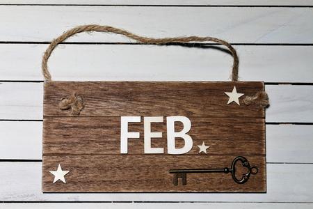 2月 -ロープに掛かる木製の看板
