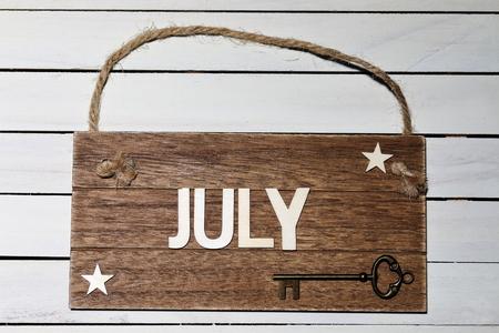 7月 - ロープに掛かる木製の看板