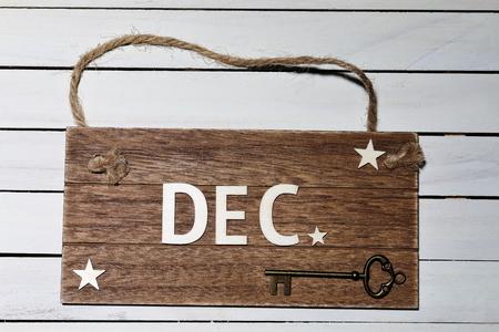 12月 - ロープに掛かる木製の看板