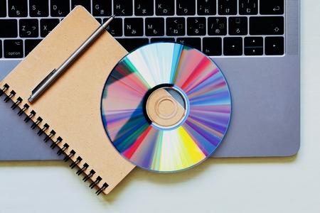 ノートと DVD とラップトップ コンピュータ