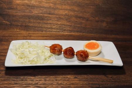 串に噛まれた肉のダンゴ