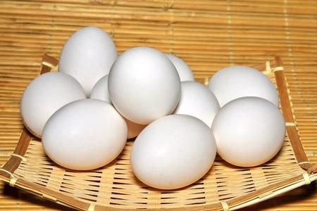 竹皿の生卵 写真素材