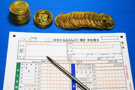 Toy gold coin and final return,