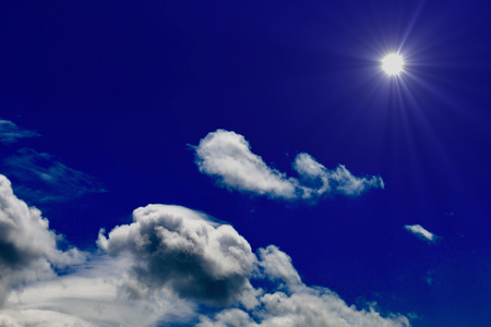 구름과 강렬한 태양 스톡 콘텐츠