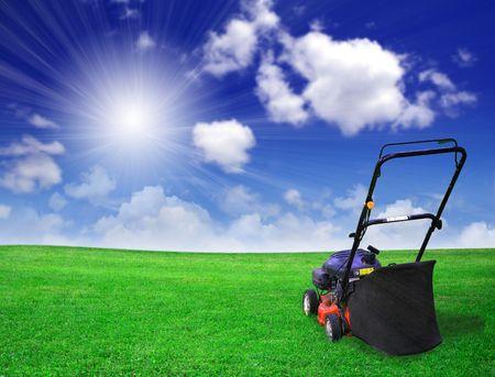 gras maaien: Lawn mower op groen veld Stockfoto