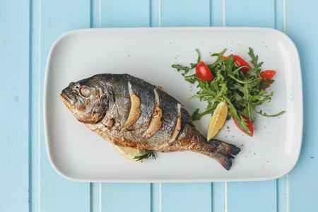 poisson grillé entier Banque d'images