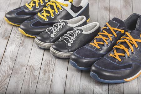 家族愛の概念のお母さんお父さんと息子サイズ靴 写真素材