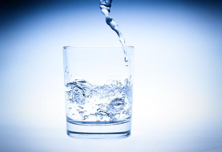 Éclaboussure d'eau dans un verre