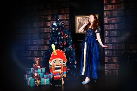 tänzerin: Beauty Mode Frau, die einen Nussknacker-Weihnachtsholding