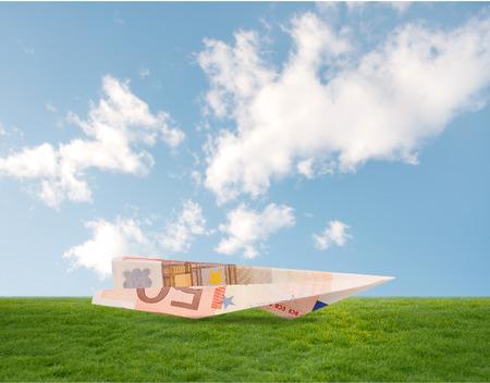 bill plane on grass 版權商用圖片