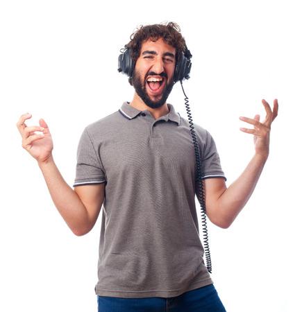 humoristic: hombre barbudo joven con auriculares