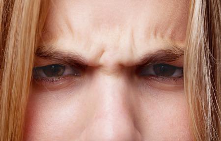 mujer enojada: joven fresca pose enojado