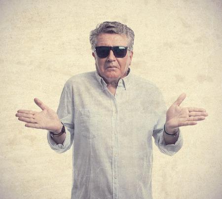 cabizbajo: hombre mayor fresco signo confuso