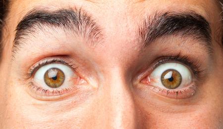 ojos hermosos: hombre loco joven