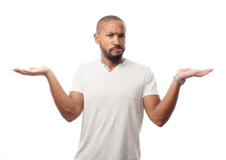 joven hombre negro fresco confundido