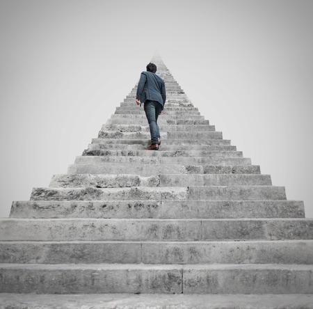 escaleras: hombre que se enfrenta a un desafío Foto de archivo