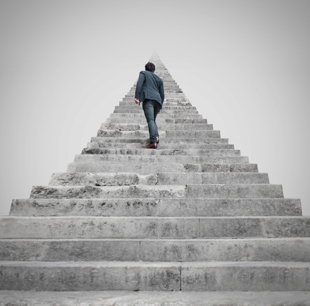 subir escaleras: hombre que se enfrenta a un desafío Foto de archivo