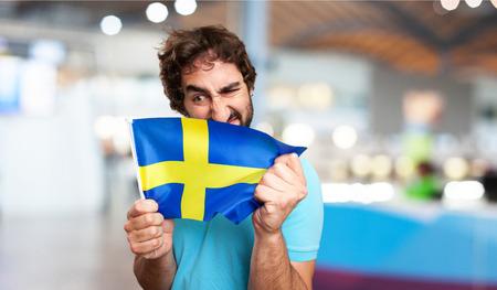 bandera suecia: hombre loco con la bandera de suecia