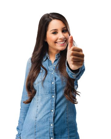 přátelský: šťastná mladá žena v pořádku znamení
