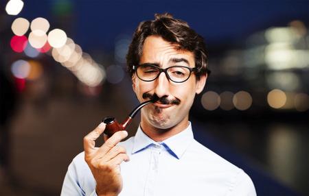 joven fumando: Joven hombre fresco con un tubo Foto de archivo