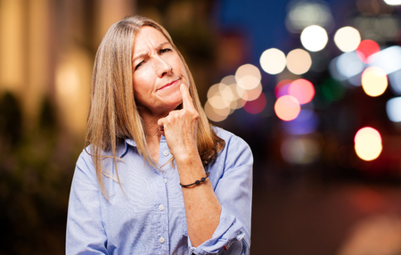 dudando: Senior hermosa mujer dudando