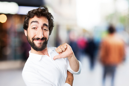 gracioso hombre joven orgullosa pose