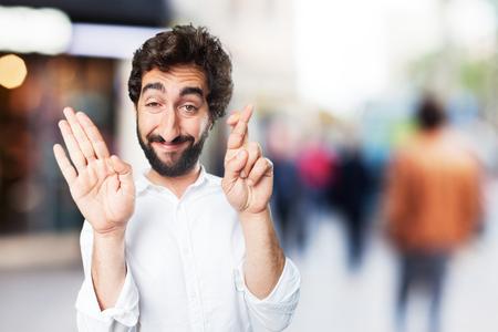 jonge grappige man gekruiste vinger