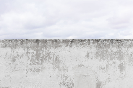 damaged cement wall background and clowdy sky Imagens