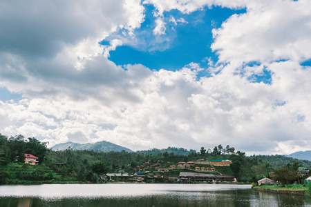 caoba: hermosa vista del paisaje o la naturaleza y el cielo de la parte superior de viaje en Tailandia y Tailandia no vista en Ban Rak Thai en Mae Hong Son Foto de archivo