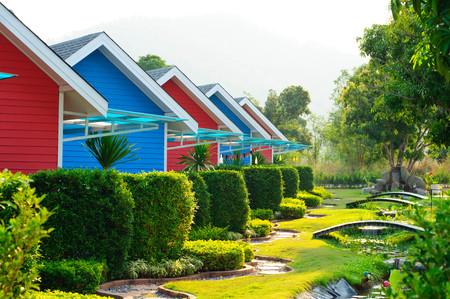 Bunte Haus und der Garten im Ort Standard-Bild