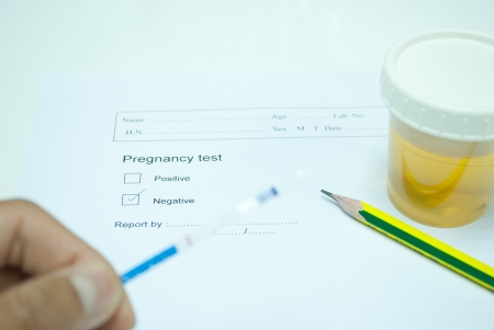 technichain testing urine pregnancy test and reporting result in laboratory Stock Photo