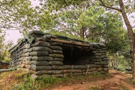 Bunker der Sandsäcke gemacht, legte eine Schicht des Waldes. Lizenzfreie Bilder