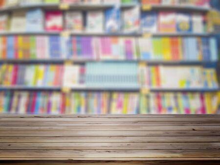 Lege houten tafel met vervaging boekenplanken op de achtergrond van de boekhandel. Stockfoto