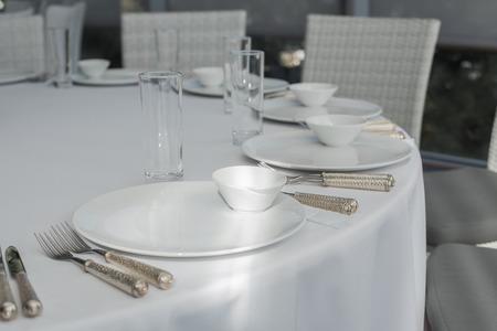 Evento mesa de restaurante blanco servido y espera a los invitados. Foto de archivo