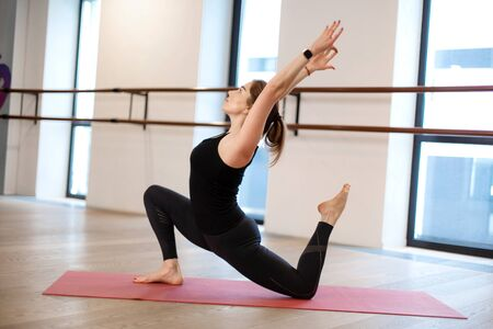 The girl in the gym does yoga to keep herself in shape or control excess weight Imagens