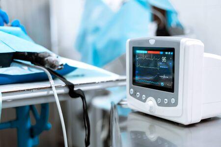 Pulsmesser im Krankenhaustheater. Medizinische Vitalparameter überwachen Instrument in einem Krankenhaus auf einem Anästhesie-Chirurgie-Monitor. EKG-Patientenmonitor. medizinische Elektronik.