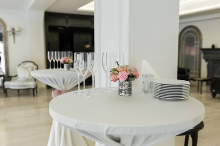 A small auxiliary table in the restaurant, on which there are empty glasses and plates. 版權商用圖片